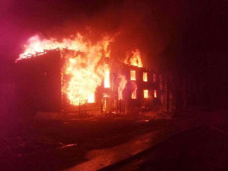 Три часа потребовалось пожарным на тушение дома в посёлке Пуксоозеро