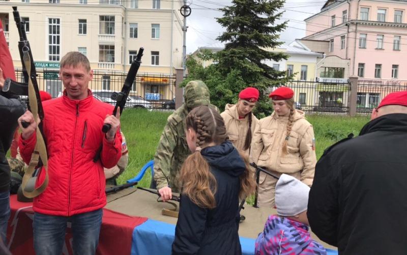 День России с автоматом, звездным призывом, и под особым контролем