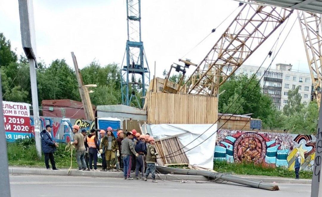 На улице Никитова в Архангельске упал строительный кран