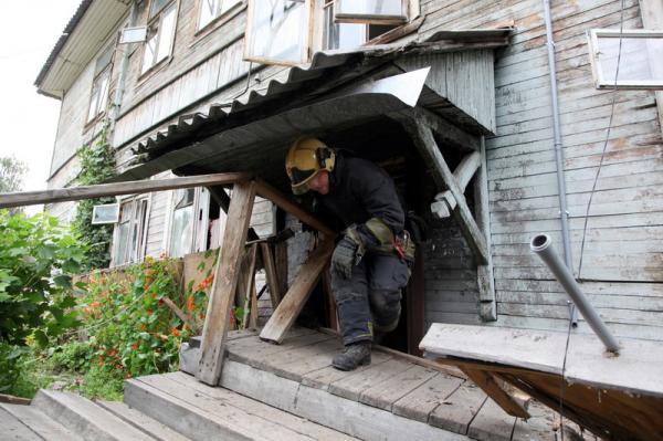 Трёхэтажный деревянный дом сошёл со свай в Архангельске
