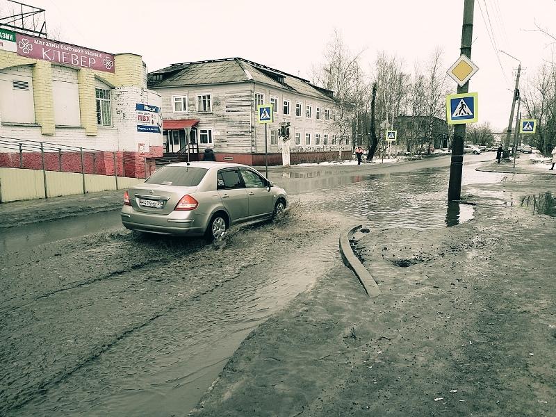 Подтопленный Архангельск коммунальщики «осушают» в интернете