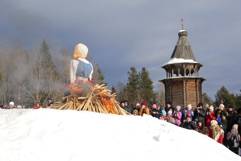 На Масленицу в Малых Корелах испекут большой блин и возьмут снежный городок