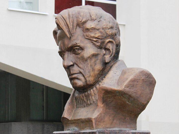 Памятник Фёдору Абрамову в Архангельске обмыли… дождём