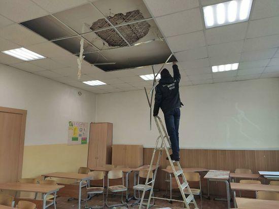 Школу, где на учеников обрушился потолок, отправили на каникулы