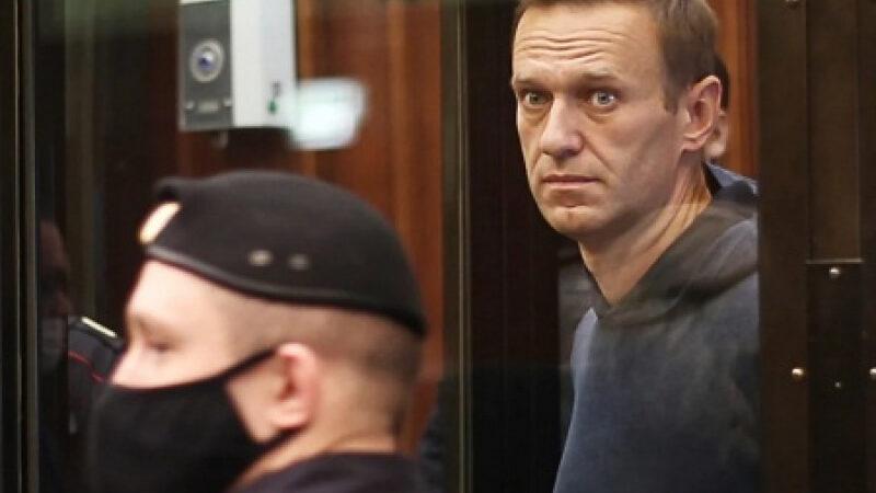 Суд отправил Навального в колонию на 2 года 8 месяцев