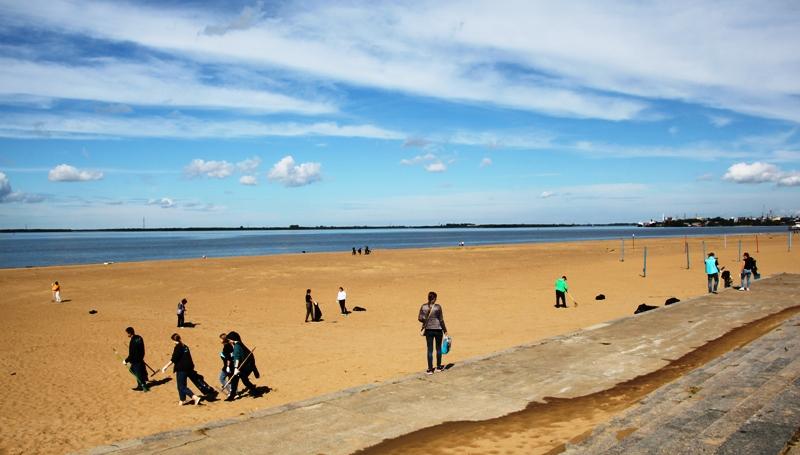 В Архангельске выкатили клумбы и закатили субботник на пляже