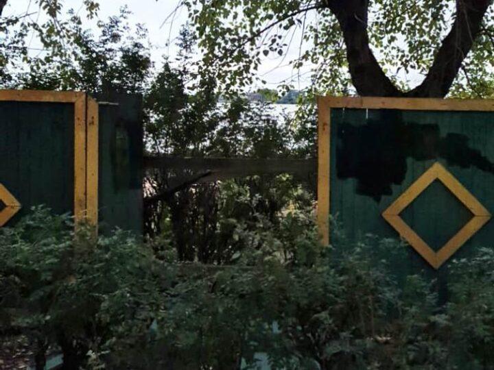 На набережной Седова к «Дервишу» проломили забор